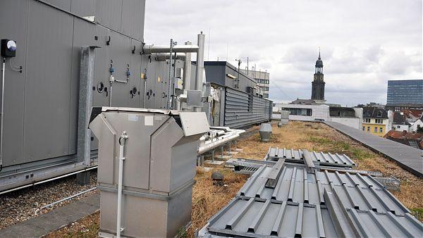 Axel-Springer-Platz, Hamburg - Begutachtung der Dachflächen des Bürogebäudes